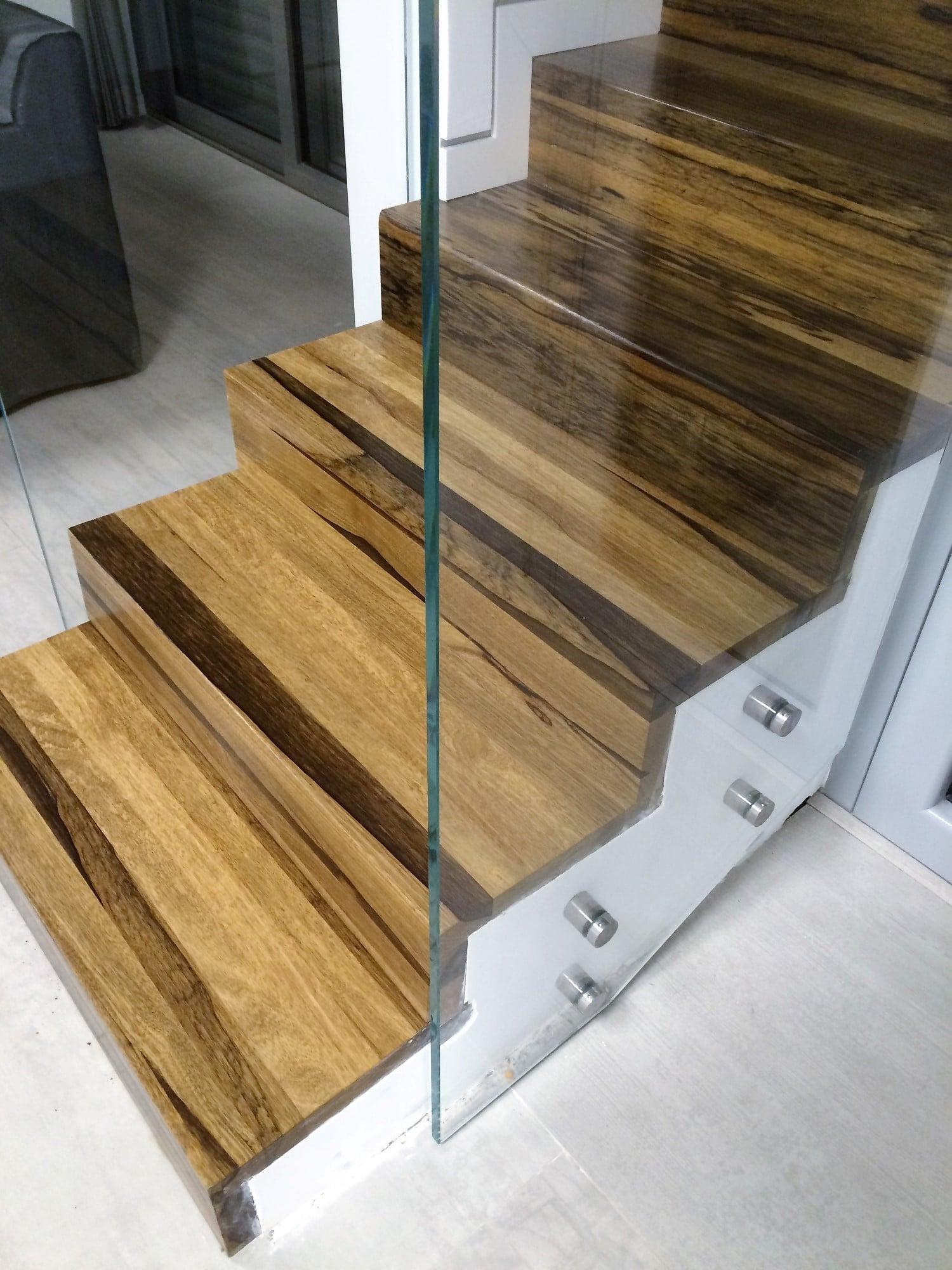 מדרגות מעץ אגוז