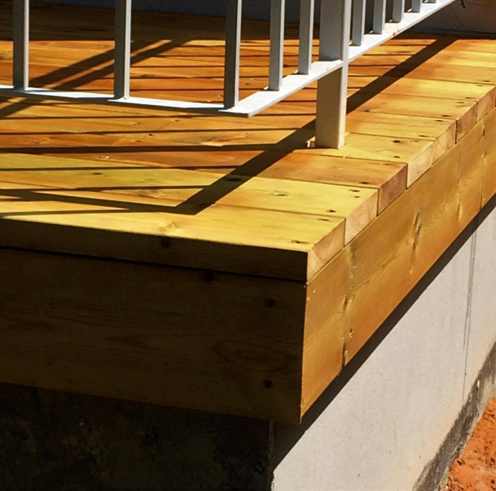 דק מעץ אורן במרפסת