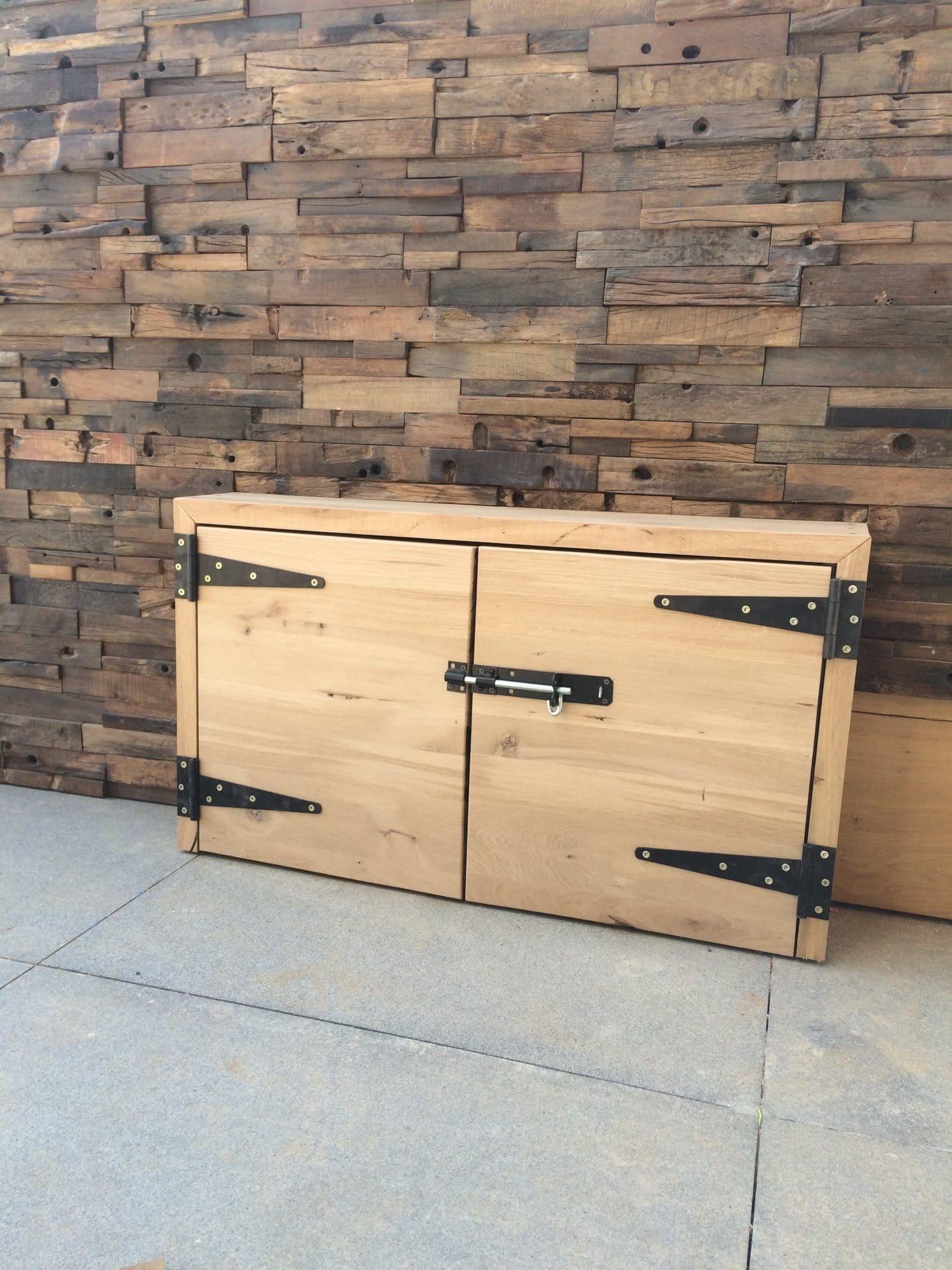 חיפוי קיר מעץ עתיק ממוחזר בשילוב ארון אחסון