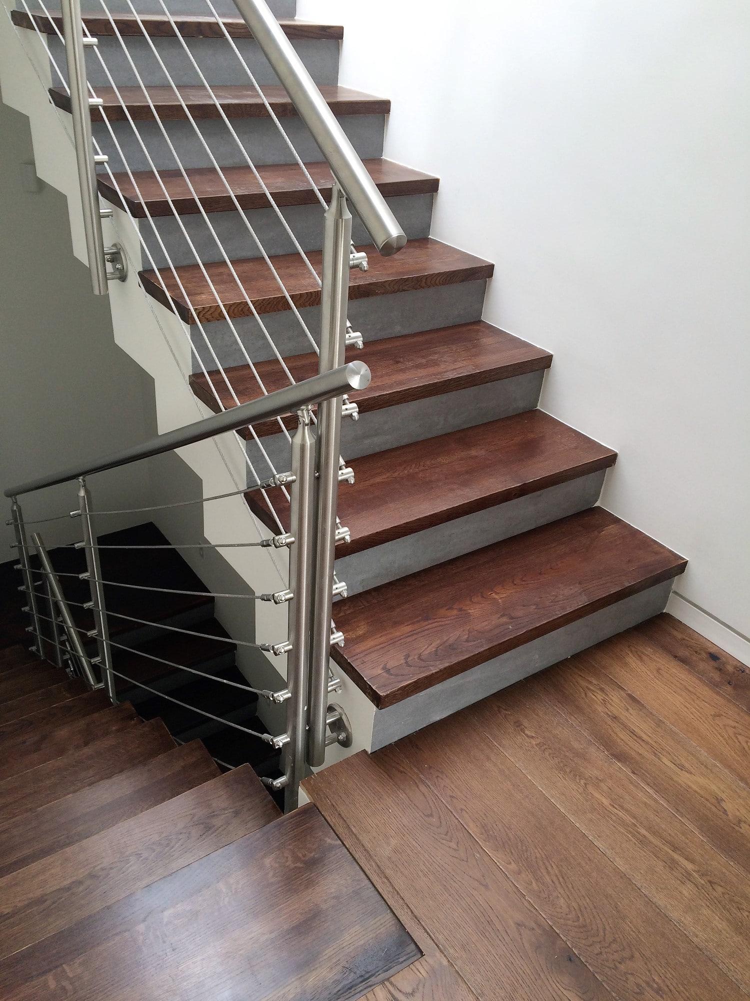 מדרגות מעץ אלון גושני בגוון חום עתיק