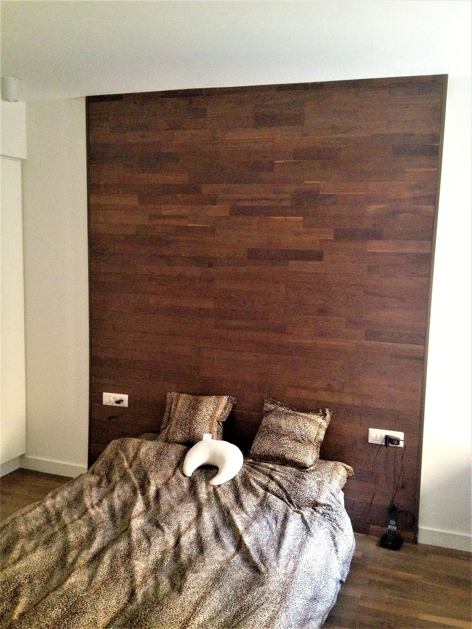 חיפו קיר מעץ דוסייה בחדר שינה